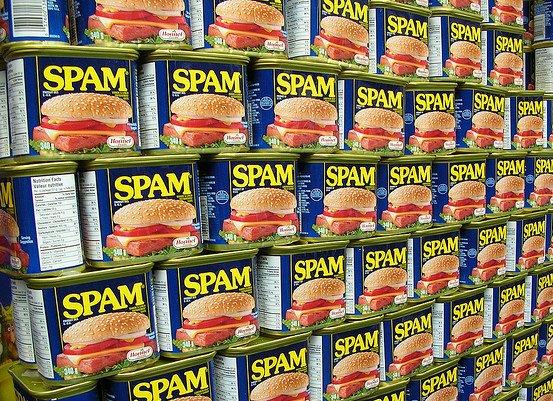 Spam-säilyketölkkejä pinottuna.